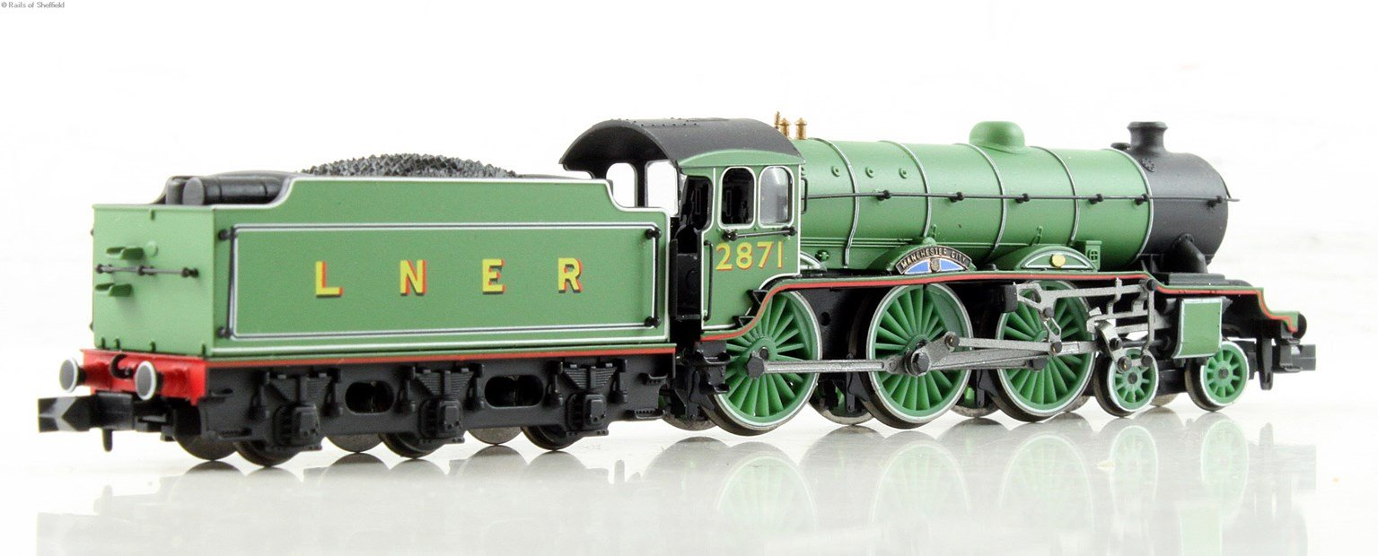 "Class B17 4-6-0 1671 ""Manchester City"" in LNER apple green. DCC Fitted"
