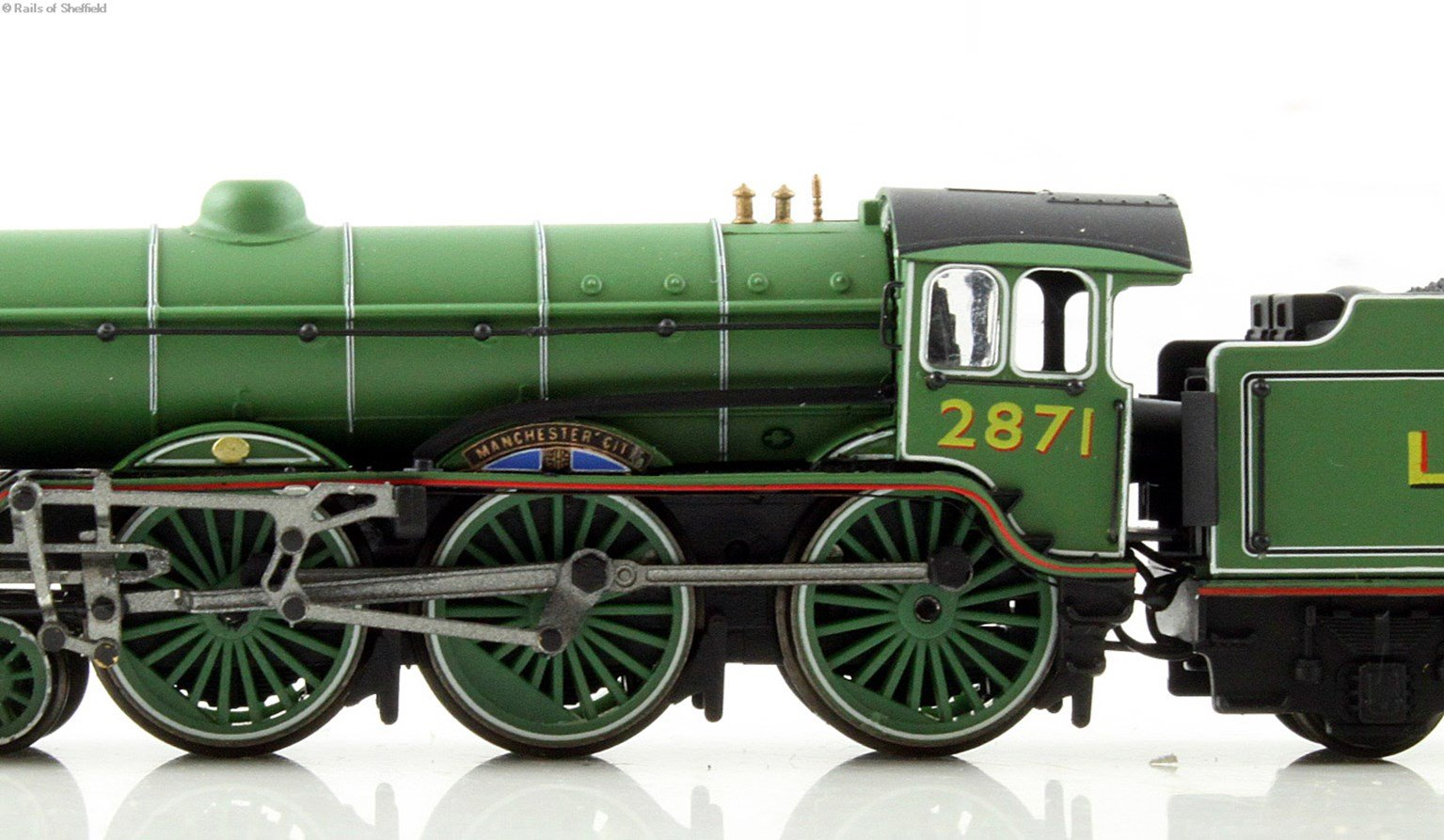"Class B17 4-6-0 1671 ""Royal Sovereign"" in LNER apple green. DCC Fitted"