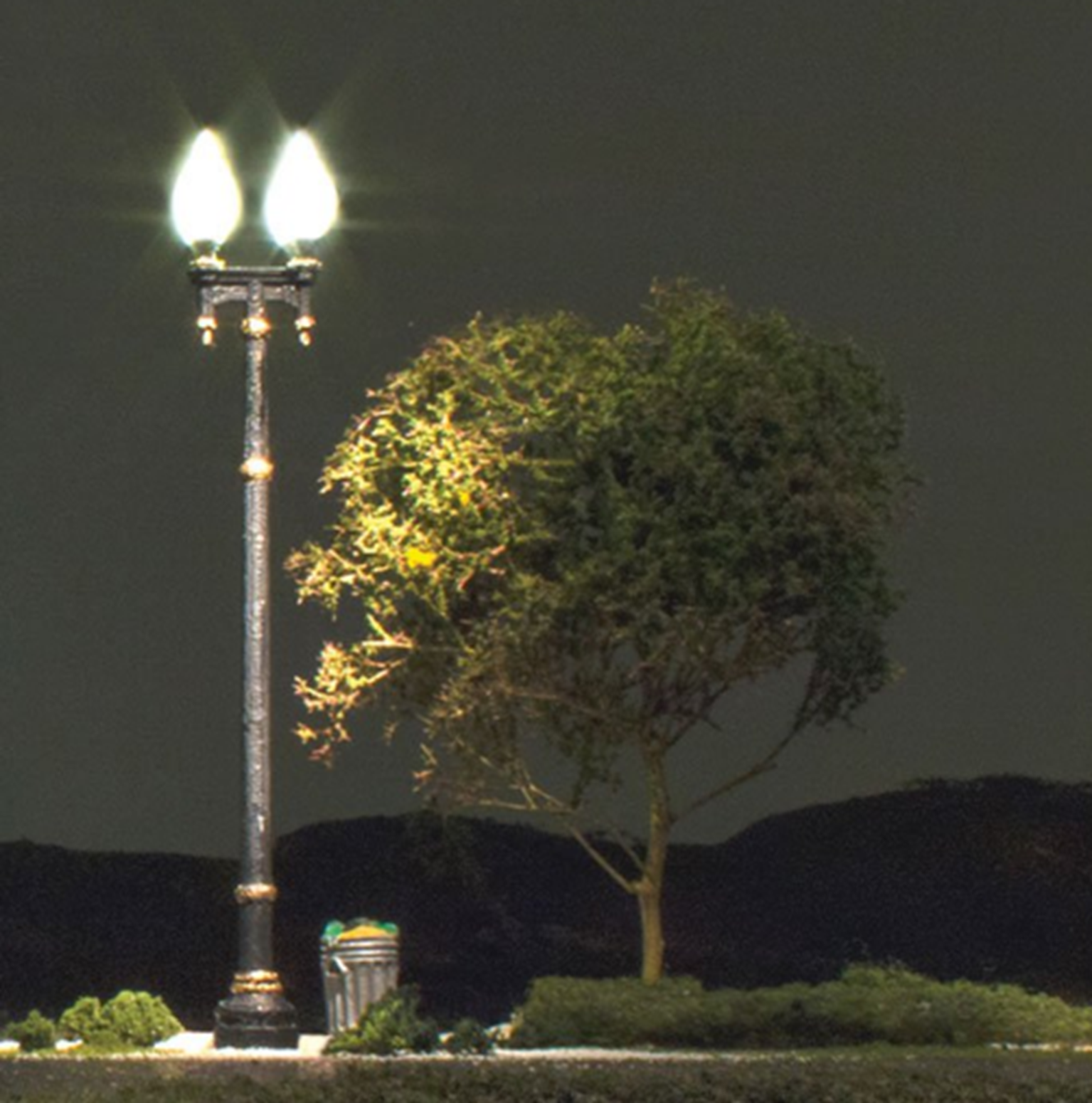 Double Lamp Post Street Lights - HO Scale